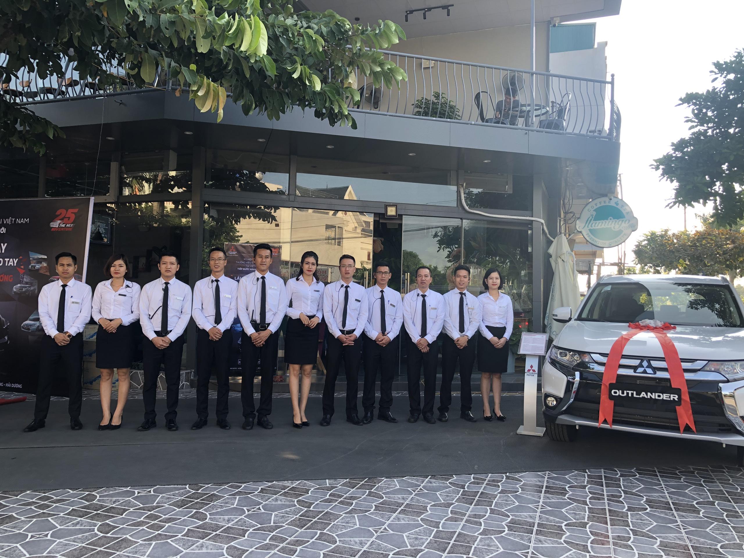 (Đội ngũ tư vấn bán hàng chuyên nghiệp sẽ giải đáp thắc mắc của quý khách về các dòng xe Mitsubishi )